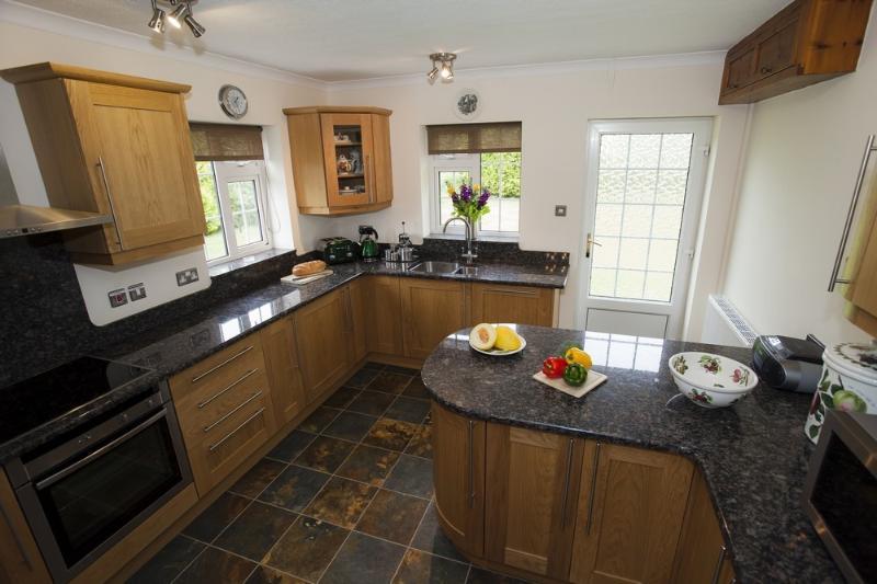 Geräumige Küche mit Granit worktops.Electric Backofen, Ceranfeld, Kühlschrank, Gefrierschrank, Geschirrspüler usw.