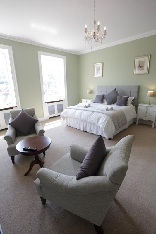 Thistlebank Townhouse in Whitby Has Parking and Internet Access