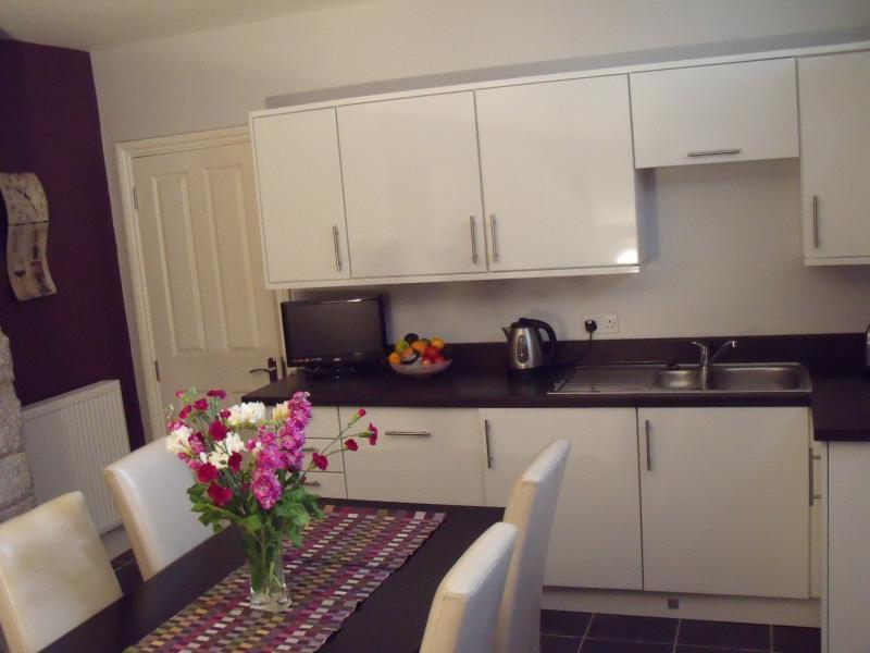 Cocina con seis mesa y TV