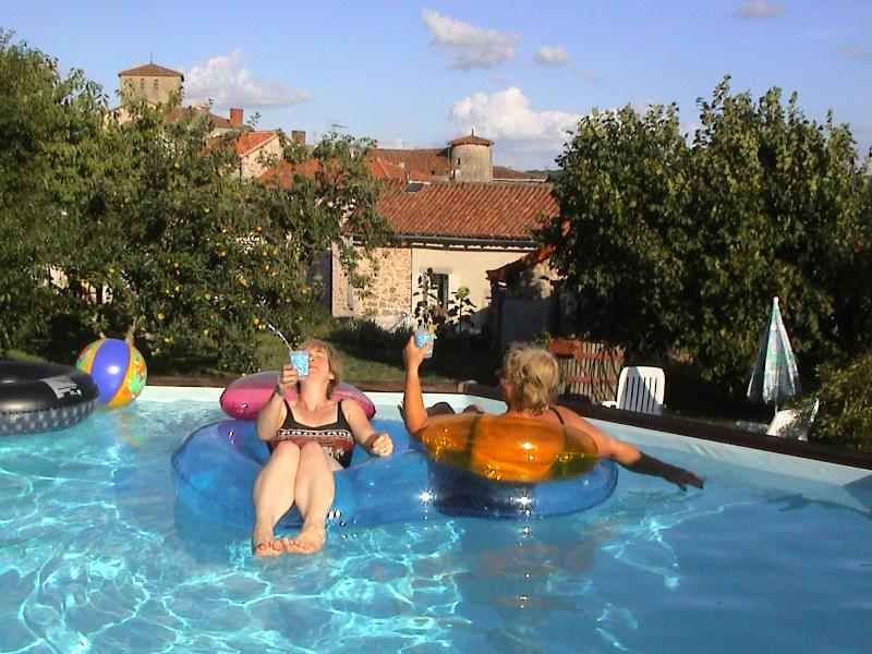 Relajarse en la piscina y el