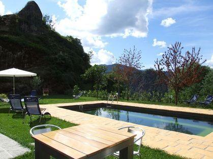 Bom tamanho piscina iluminada à noite. telhas escuras significa água se mistura com o campo e também permanece mais quente!