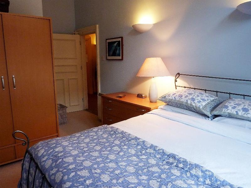 Gasten slaapkamer 2: kingsize bed en een ruime opslagruimte