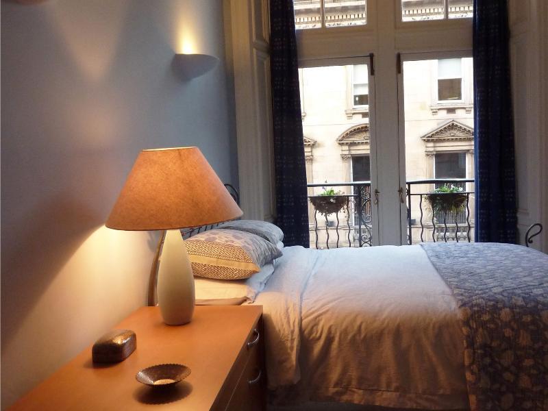 Gasten slaapkamer 2: functie openslaande deuren leiden tot externe balkon met uitzicht op West George Street