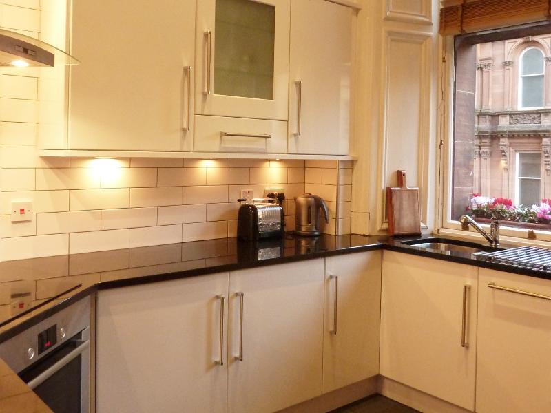 Keuken: volledig ingerichte moderne keuken met bovenkant van de bereik-toestellen