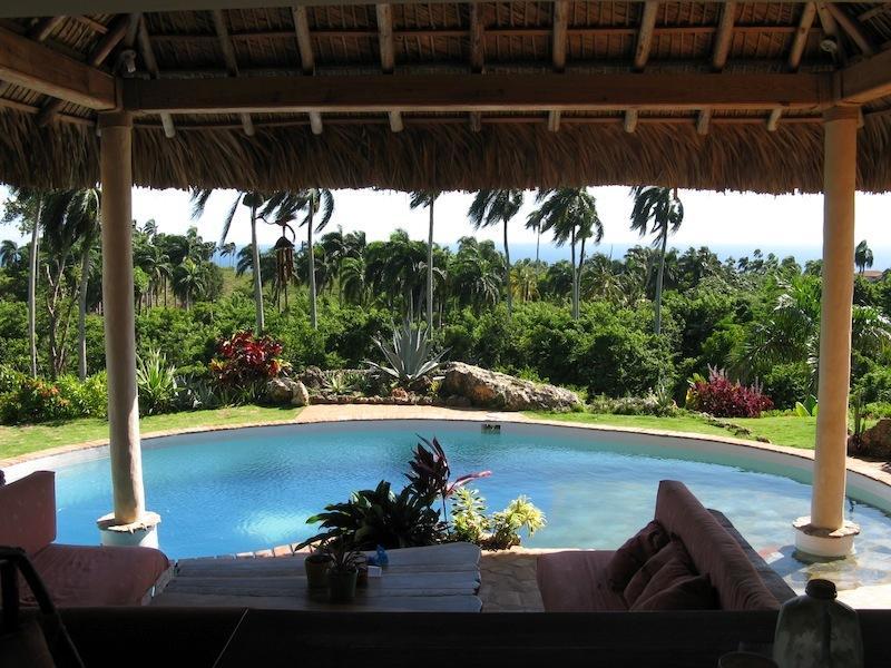 vue du séjour avec coin salon devant la piscine