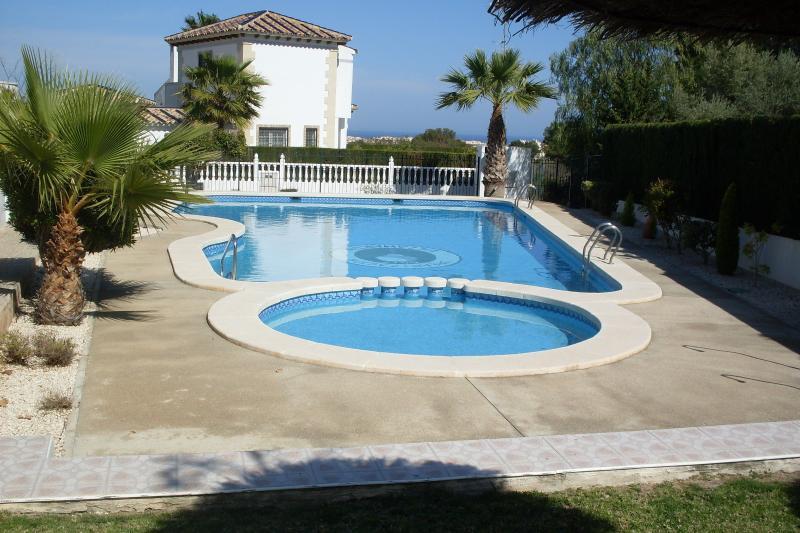 Very Quiet 2 Bed 2 Bath Apt in Las Violetas Across From The Plaza, holiday rental in Villamartin