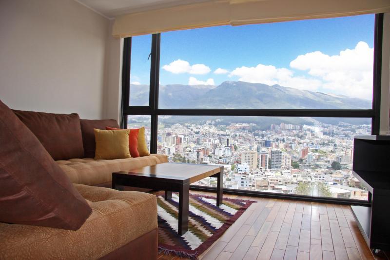 FULL EQUIPPED APARTMENT WITH BREATHTAKING MOUNTAIN VIEW IN QUITO, LA CAROLINA, alquiler de vacaciones en Quito
