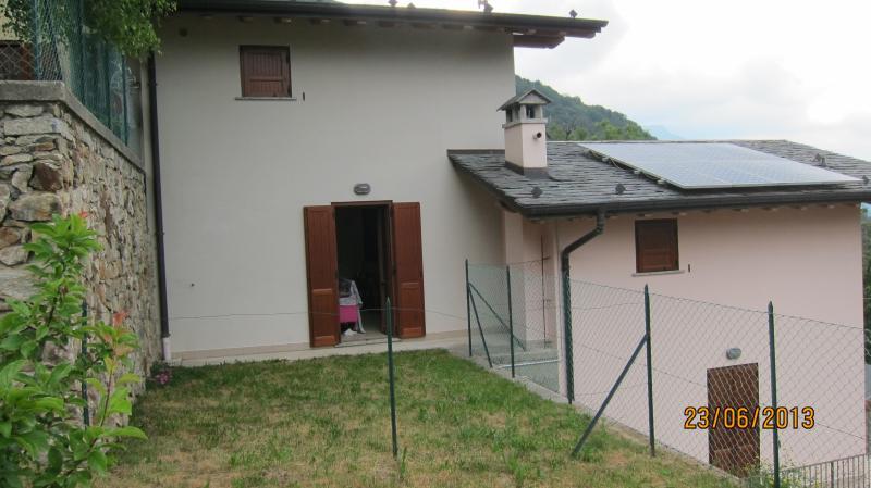 villetta a schiera su due piani con giardino, holiday rental in Bellano