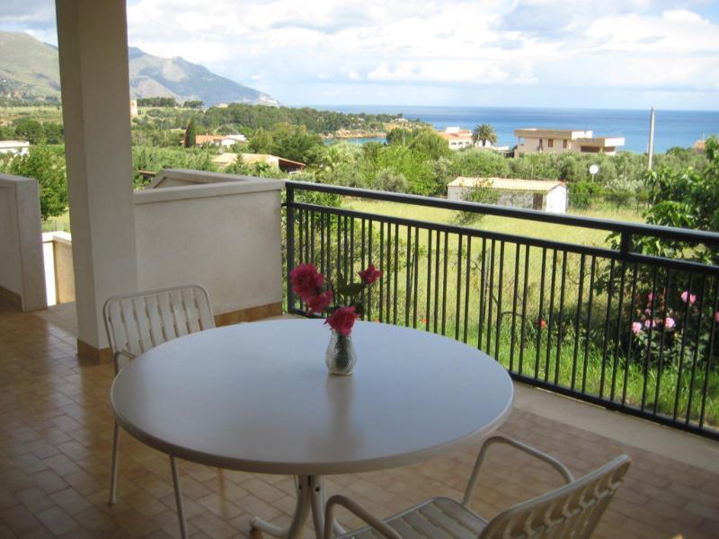 'Villa Scopello' con giardino privato a 400 mt dal mare, holiday rental in Castellammare del Golfo