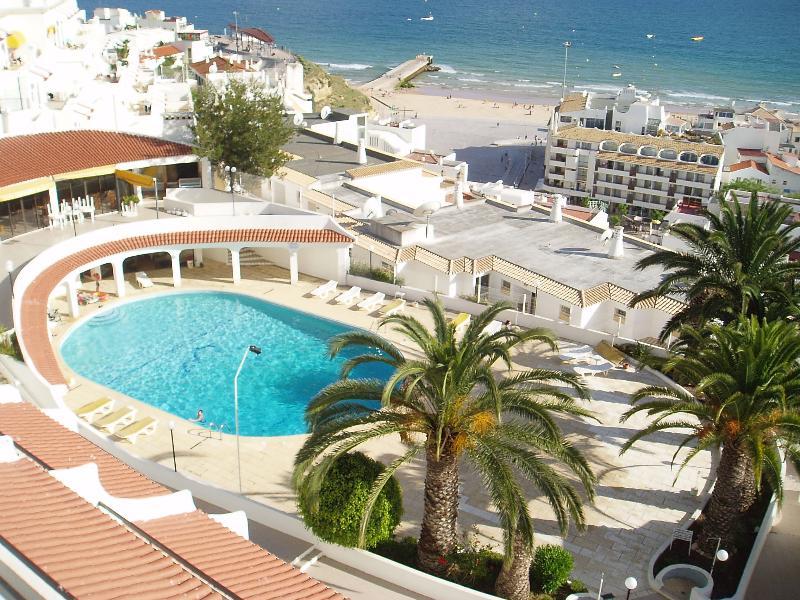 Vista desde su balcón a la piscina de agua salada comunal y del casco antiguo de Albufeira y de la plaza