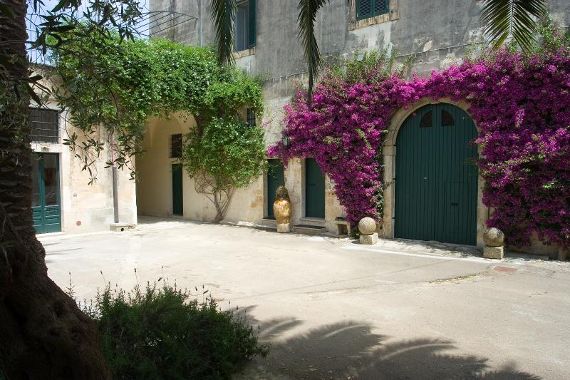 Appartamento indipendente in villa, holiday rental in Lequile