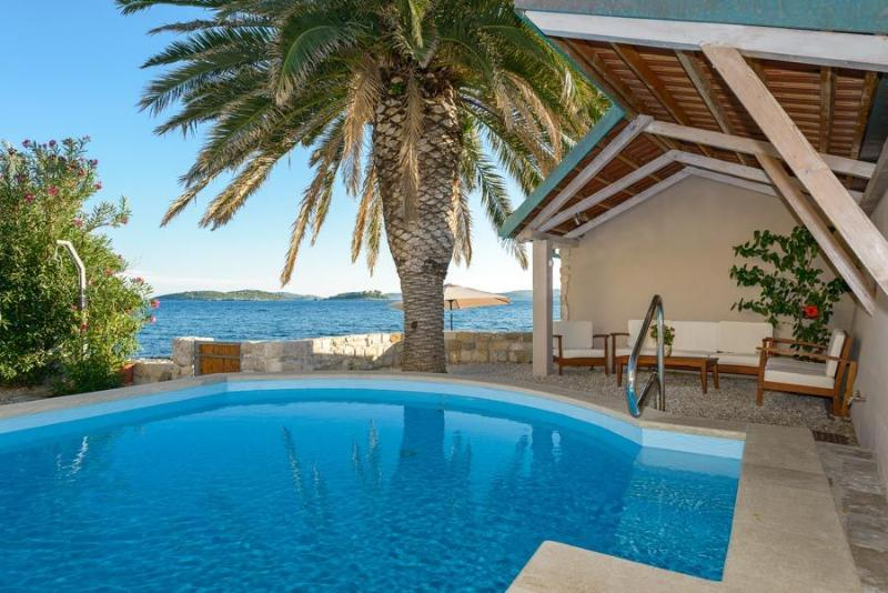 Villa Mare with sea water pool at the beach in Orebic - Peljesac, location de vacances à Orebic