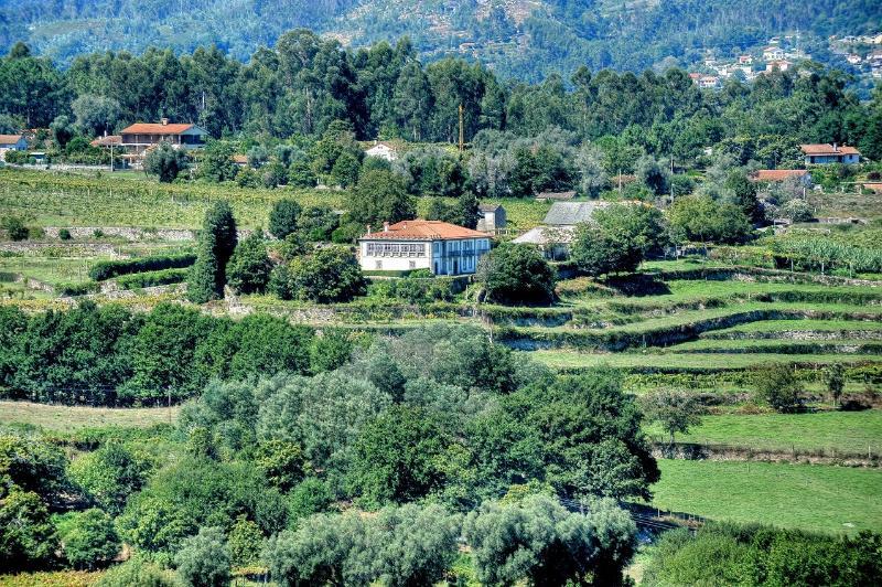 A Quinta da encosta adjacente
