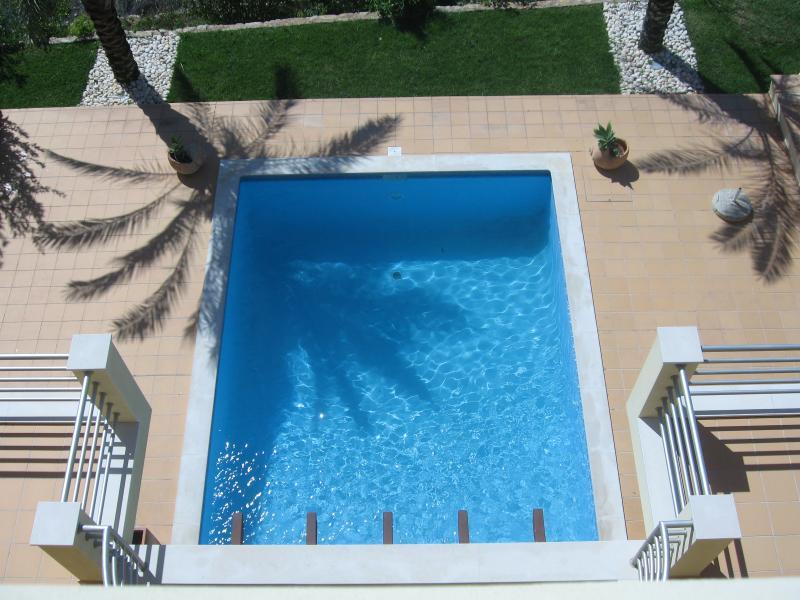 Vue sur la piscine depuis la terrasse à l'étage