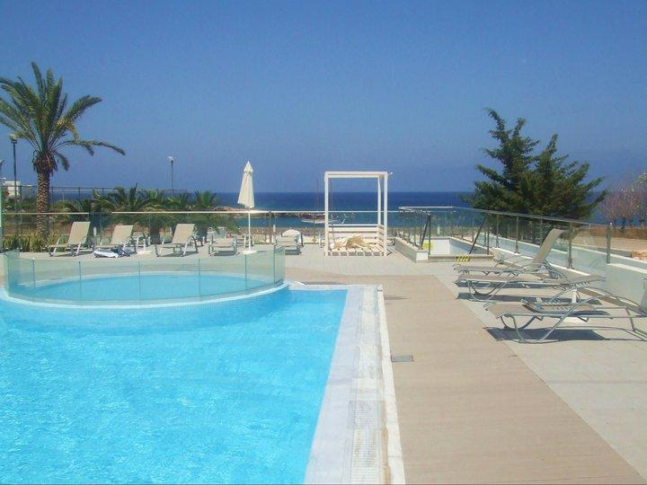 Smaller childrens pool with direct access to the beach from Med View Pool