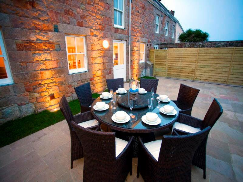 Exterior dining area - Ideal for those sundowners or barbecues