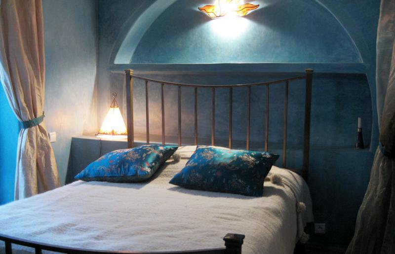 BLUE room on the first floor: antique bed 140x200 cm