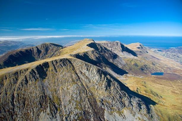 Desde el pico de Cader Idris, Snowdonia - mirando a la costa