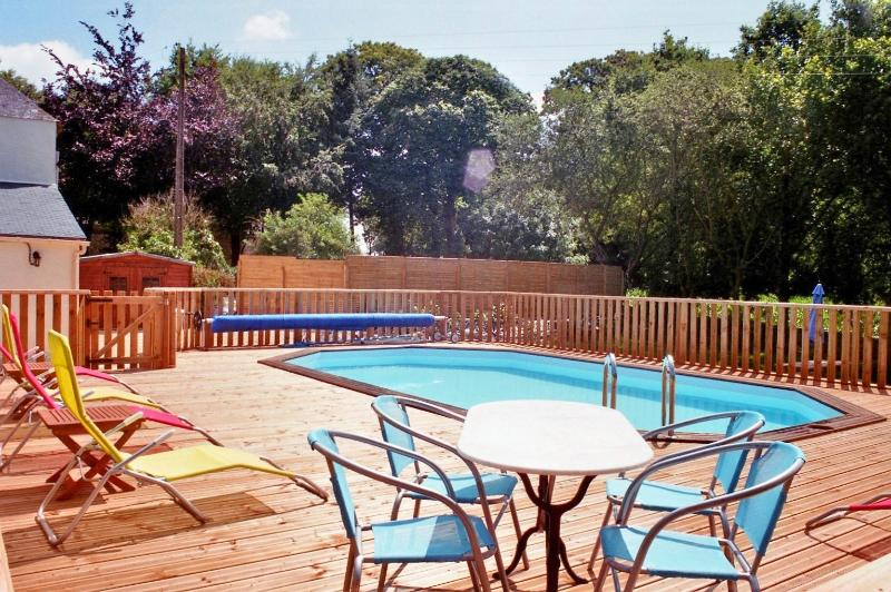 Drink een Kir alvorens een duik in het verwarmde zwembad van 28 graden.