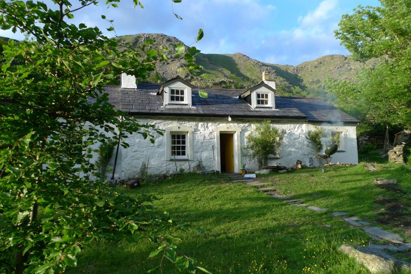 Superb Renovated Historic 3 Bed Cottage Llanberis, holiday rental in Cwm-y-Glo