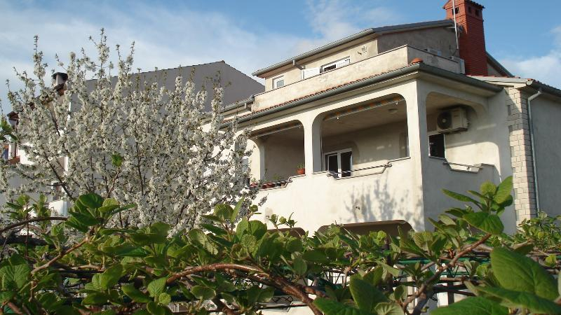 Room in private house with separate entrance 1, holiday rental in Vinkuran
