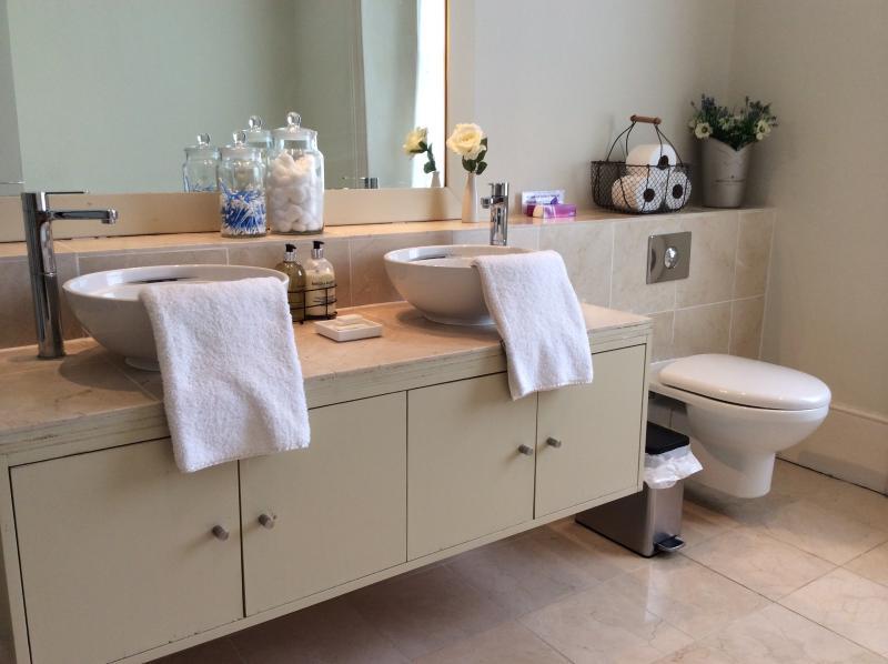 1ST FLOOR BATHROOM-SHOWER ROOM WITH STEAM ROOM