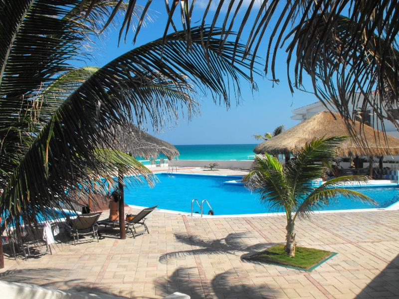 Beach Front King Size Bed Apartment, vacation rental in Cancun