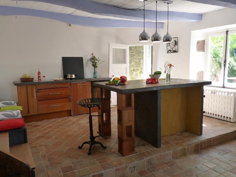Cuisine, bois et béton ciré. Tomettes anciennes en terre cuite