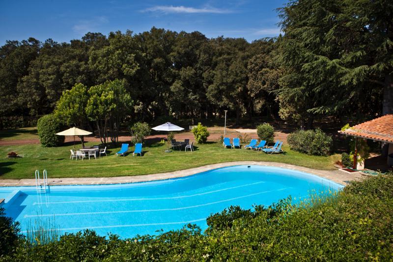 La piscine, où il y a une grande et une autre plus petite. 2 salles de bains, un bureau avec un réfrigérateur.
