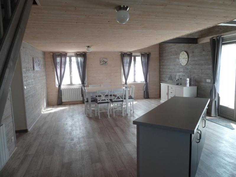 Pièce de vie avec salle à manger et cuisine ouverte