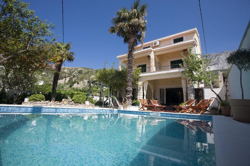 Villa Vojnovic  with pool(headed)20m from the sea, aluguéis de temporada em Dugi Rat