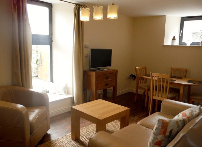 Aprire piano zona living: splendidamente attrezzato con divano letto in pelle, poltrona, tavolo da pranzo e sedie