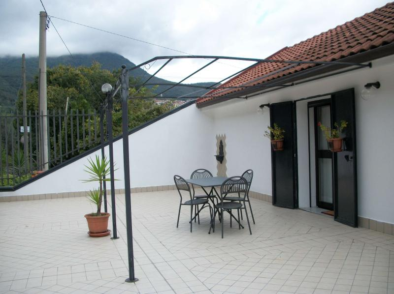 The spacious furnished terrace, access to the apartment.