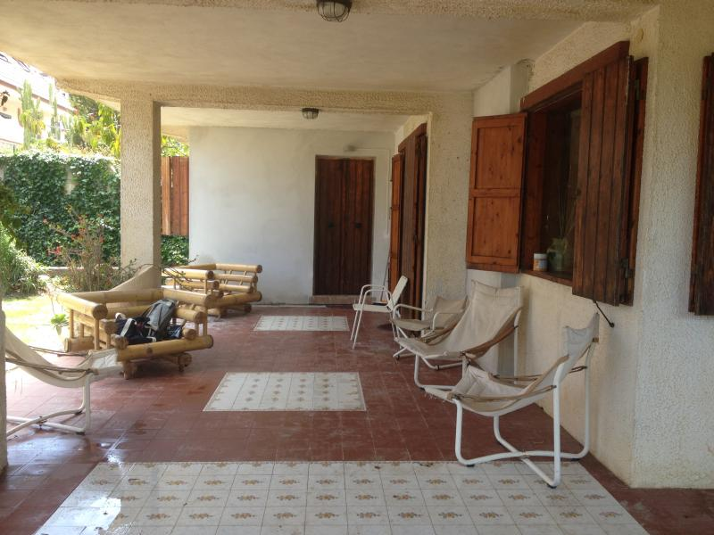 portico attiguo al giardino anteriore