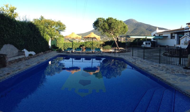 vista della piscina e visto sullo sfondo
