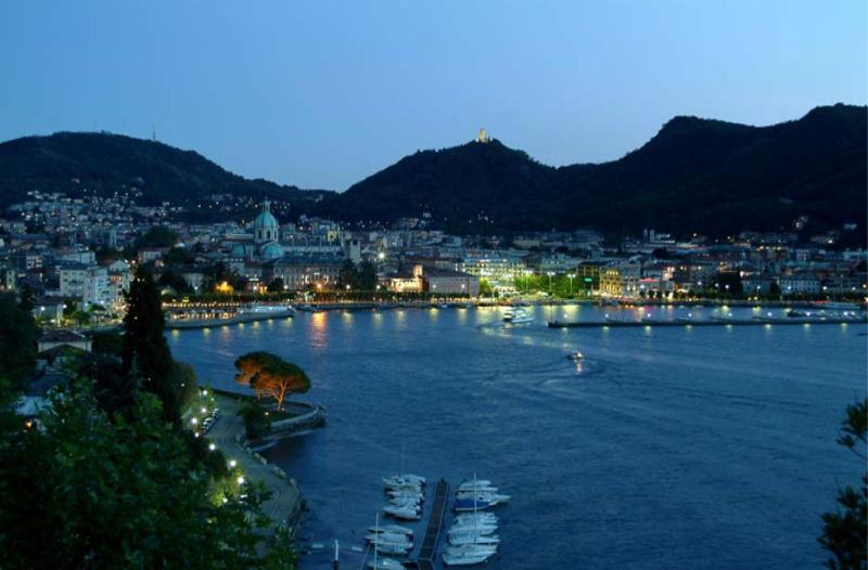 The city of Como by night