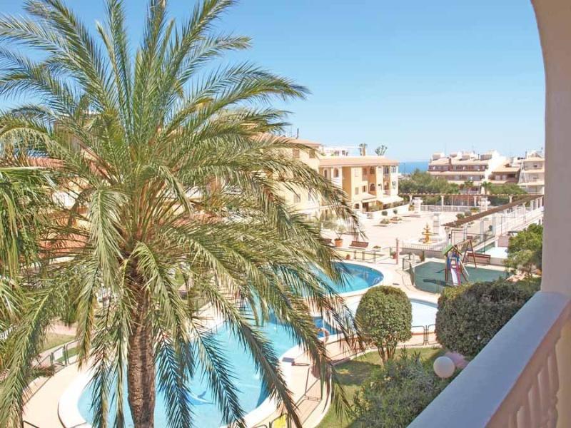 Vues de la terrasse: piscine, aire de jeux et de fond, la mer. Vues de la terrasse: piscine.