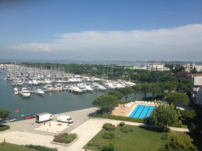 Aussicht von der Terrasse auf das private Sportbecken