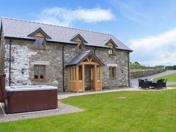 TYN Y CELYN CANOL, hot tub, WiFi, woodburner, wonderful views, en-suites, holiday rental in Derwen
