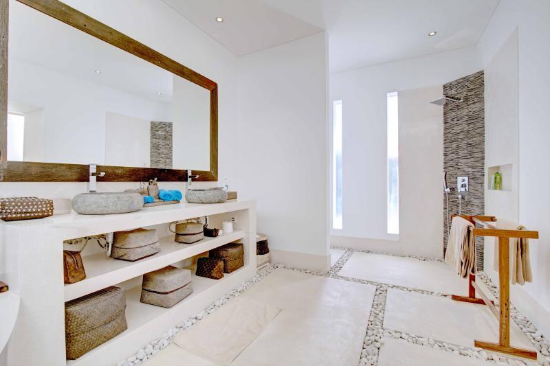 Das Badezimmer des ersten Schlafzimmer: klar und geräumig, mit seinem italienischen Dusche ..