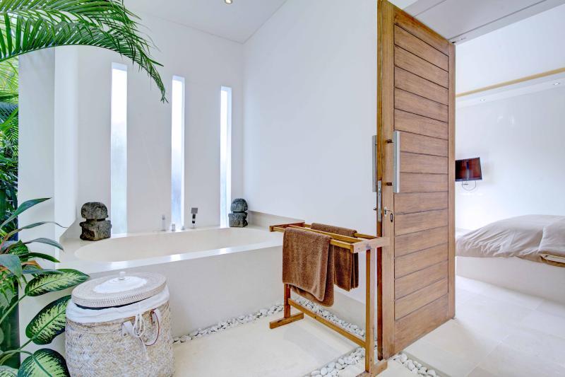 Das Badezimmer des zweiten Schlafzimmer mit seinem Terrasso Badewanne ..