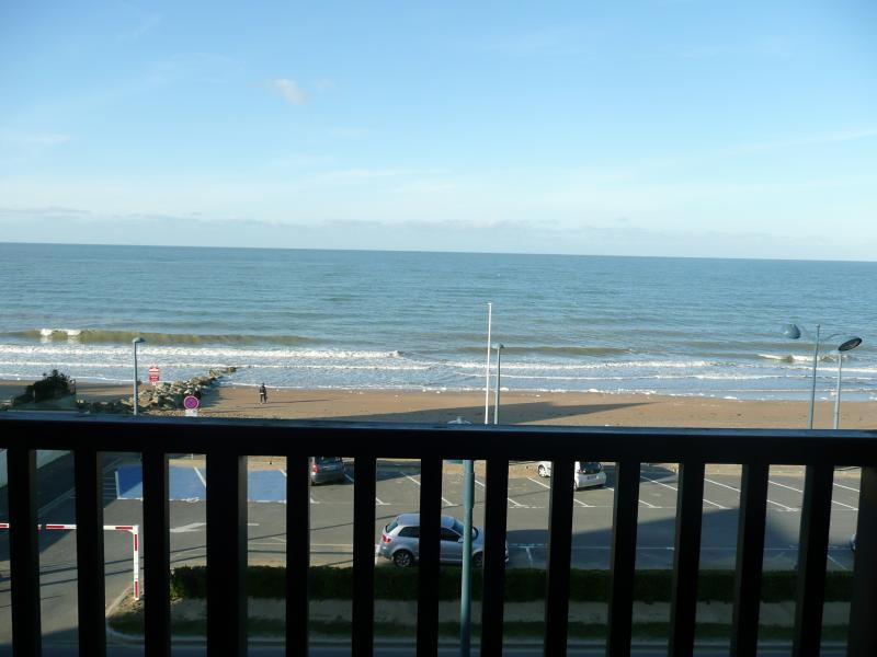appartement F3 front de mer, vacation rental in Tourgeville