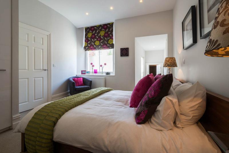 El dormitorio principal con cama king size y vista al cuarto de baño