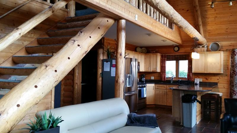 Offenes Konzept, Wohnzimmer und Treppe zum Dachboden