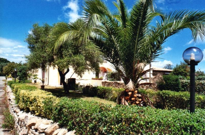 Bilocale con giardino a San Teodoro Res. Le Torri, vacation rental in San Teodoro