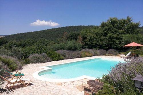 Desfrute de vistas espectaculares sobre o nosso jardim mediterrânico completamente ao redor da piscina