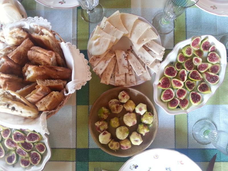Pizza, figos e presunto de Parma para desfrutar de comida mediterrânea. Por que não um vermelho Sagrantino di Montefalco vinho?