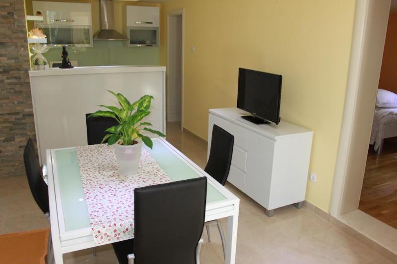 House near Trogir from the sea 50m, location de vacances à Mastrinka