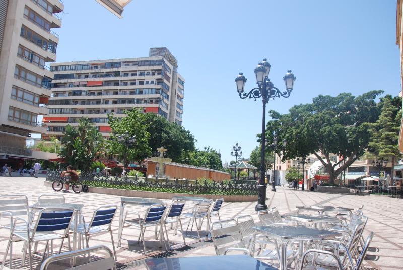 Vue sur la plaza de La Nogalera et vue du bloc où cet appartement. Beaucoup de terrasses.