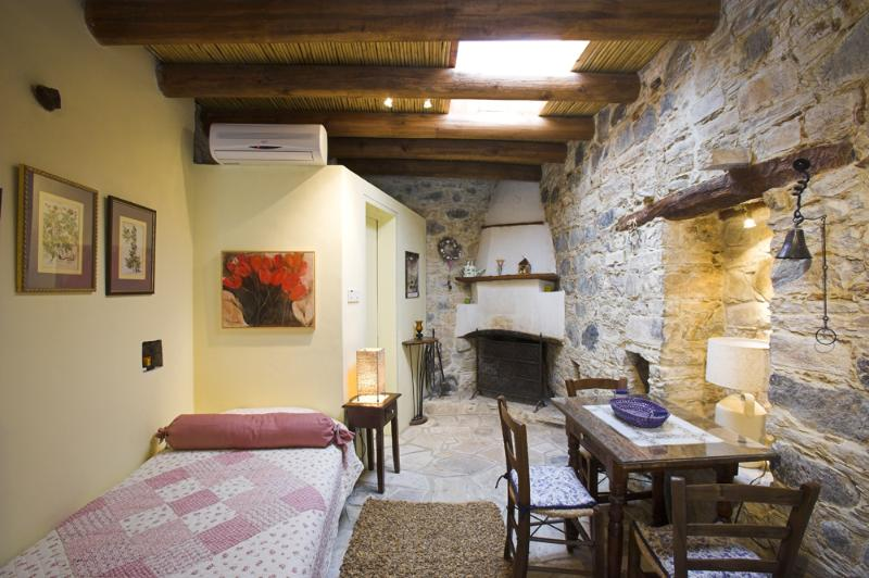 Eleni´s cottage is a preserved studio with all modern life amenities